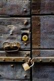 Puerta vieja con la manija y el candado Fotos de archivo