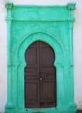 Puerta vieja con los detalles verdes Foto de archivo