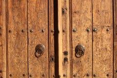Puerta vieja con los golpeadores Foto de archivo