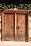 Puerta vieja con los golpeadores Fotografía de archivo