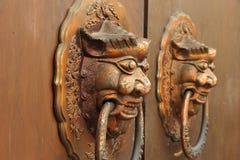 Puerta vieja con los golpeadores de la cabeza del león, DOF bajo del chino tradicional Foto de archivo