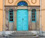Puerta vieja con los ornamentos Imágenes de archivo libres de regalías