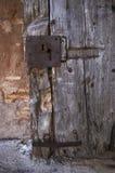 Puerta vieja con los pedazos de la cerradura y del metal imágenes de archivo libres de regalías