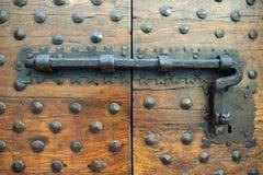 Puerta vieja con una cerradura de lujo Foto de archivo libre de regalías