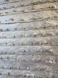 Puerta vieja de la fortaleza fotos de archivo