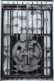 Puerta vieja de la puerta bloqueada del hierro imagen de archivo libre de regalías