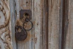 Puerta vieja de madera con la cerradura y la pared Fondo Imagen de archivo