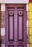 puerta vieja de madera violeta negra en el centro del boca del la Imagenes de archivo