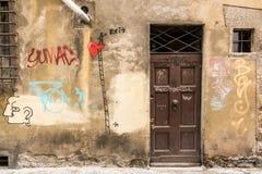 Puerta vieja de un italiano del sótano Foto de archivo libre de regalías