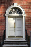Puerta vieja del edificio histórico del estilo colonial georgiano Foto de archivo libre de regalías