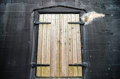 Puerta vieja del fuerte o del almacén imagenes de archivo