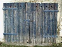 Puerta vieja del garage fotografía de archivo libre de regalías