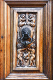 Puerta vieja del roble con el ornamento tallado Imagen de archivo libre de regalías