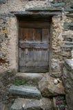 Puerta vieja: el colorear medieval de pueblo francés Imágenes de archivo libres de regalías