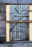 Puerta vieja en el edificio destruido Fotografía de archivo
