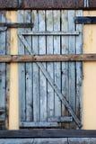 Puerta vieja en el edificio destruido Imagenes de archivo