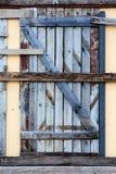 Puerta vieja en el edificio destruido Fotos de archivo