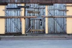 Puerta vieja en el edificio destruido Imagen de archivo