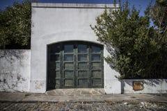 Puerta vieja en el edificio histórico, del Sacramento, Uruguay de Colonia Imagenes de archivo