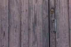 Puerta vieja en el La Palma Island en lila con la manija del hierro Fotos de archivo libres de regalías