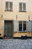 Puerta vieja en la calle en la ciudad vieja Estocolmo, Suecia imagen de archivo libre de regalías
