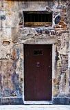 Puerta vieja en la pared de piedra Fotografía de archivo