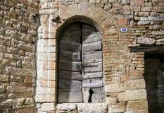 Puerta vieja en un centro de ciudad medieval Italia Fotos de archivo libres de regalías