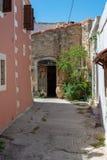 Puerta vieja en un edificio de piedra imagen de archivo