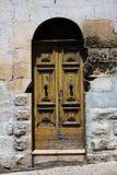 Puerta vieja en un hogar en Europa Fotografía de archivo libre de regalías