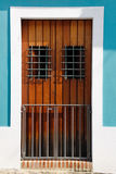 Puerta vieja histórica de San Juan Brown, paredes del azul del Aqua Imágenes de archivo libres de regalías