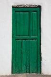 Puerta vieja, verde, recientemente pintada Fotos de archivo