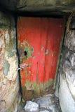 Puerta vieja y abandonada de la casa Imagen de archivo libre de regalías
