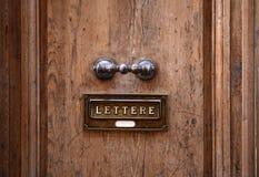 Puerta vieja y Letterbox imagenes de archivo