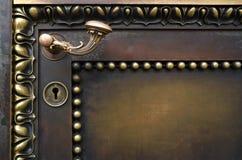 Puerta vieja y maneta curvada. Imagen de archivo libre de regalías