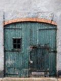 Puerta vieja y resistida del garage en los Países Bajos Imagen de archivo libre de regalías