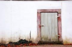 Puerta vieja y una pared blanca fotografía de archivo libre de regalías