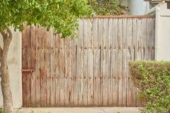 Puerta y árbol de madera Foto de archivo libre de regalías