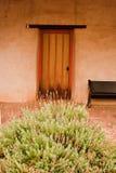 Puerta y arbusto en la misión San Miguel Arcangel Imagen de archivo