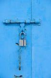 Puerta y bloqueo azules Imágenes de archivo libres de regalías