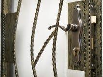 Puerta y bloqueos de la parrilla foto de archivo