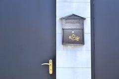 Puerta y buzón de la puerta Imágenes de archivo libres de regalías