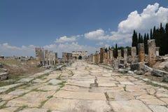 Puerta y calle de Frontinus en la ciudad antigua de Hierapolis, Turquía Fotografía de archivo