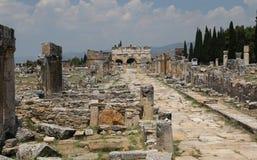 Puerta y calle de Frontinus en la ciudad antigua de Hierapolis, Turquía Foto de archivo libre de regalías