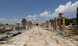 Puerta y calle de Frontinus en la ciudad antigua de Hierapolis, Turquía Fotografía de archivo libre de regalías