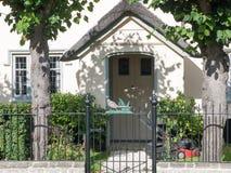 Puerta y carril delanteros de la casa con la estructura única del pollo fotografía de archivo