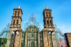 Puerta y catedral fotografía de archivo