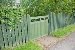 Puerta y cerca verdes de jardín Fotografía de archivo