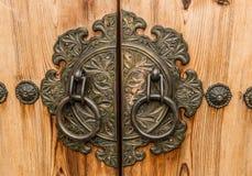 Puerta y cerradura de puerta antiguas del primer coreano del palacio Imagenes de archivo