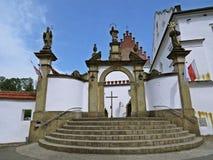 Puerta y escaleras de la entrada al monasterio histórico en Polonia Imagen de archivo
