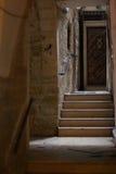 Puerta y escaleras en calles de Jerusalén - Israel viejos Imagen de archivo